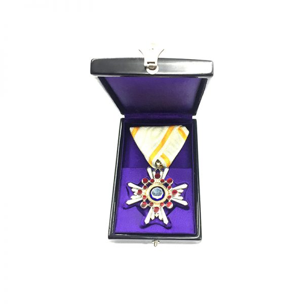 Order of Sacred Treasure 6th Class in fitted embossed black lacquer case 5